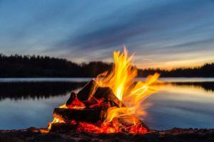 Zakończenie sezonu z ogniskiem na plaży Jeziora Sławskiego